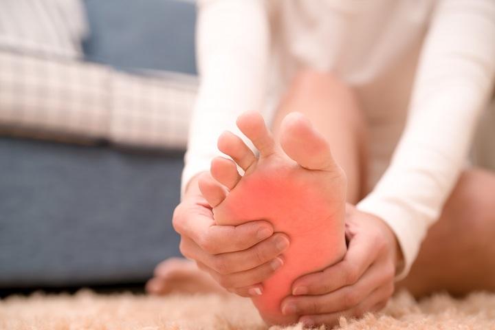 a fájdalom oka az izmokban és a lábak ízületeiben)