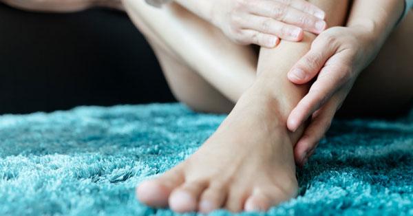 a láb duzzadását okozza