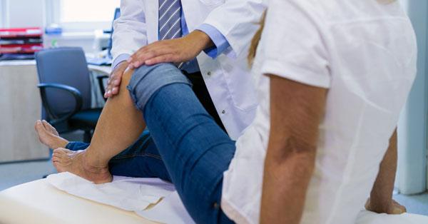 fájdalom a térdízület megterhelése során)