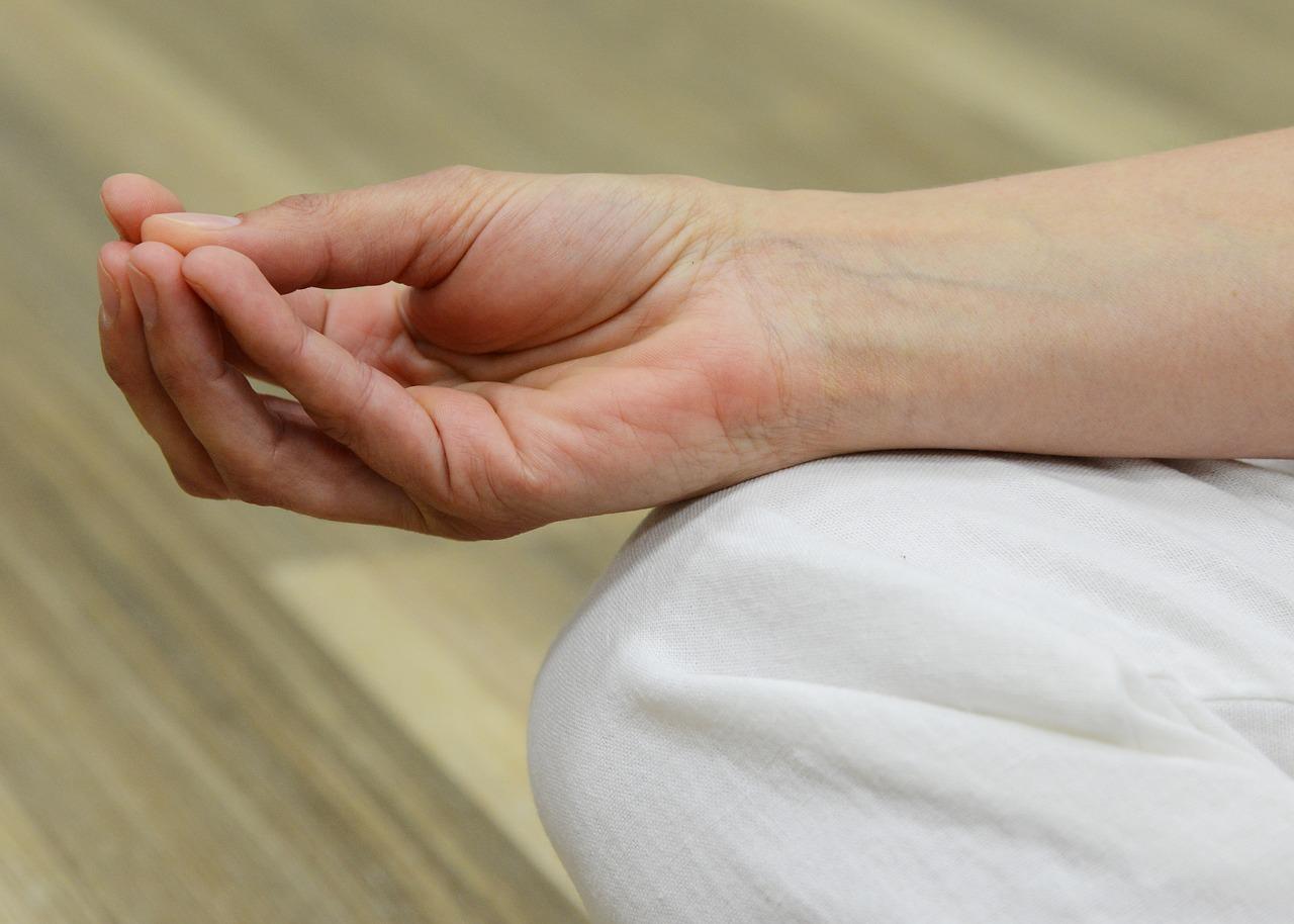 a bal kéz középső ujjának ízületi gyulladása térdfájdalom az ágyékban
