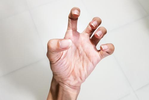 ízületi fájdalom 2 ujj)