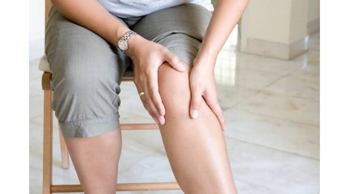 ízületi fájdalom fokozódásával)